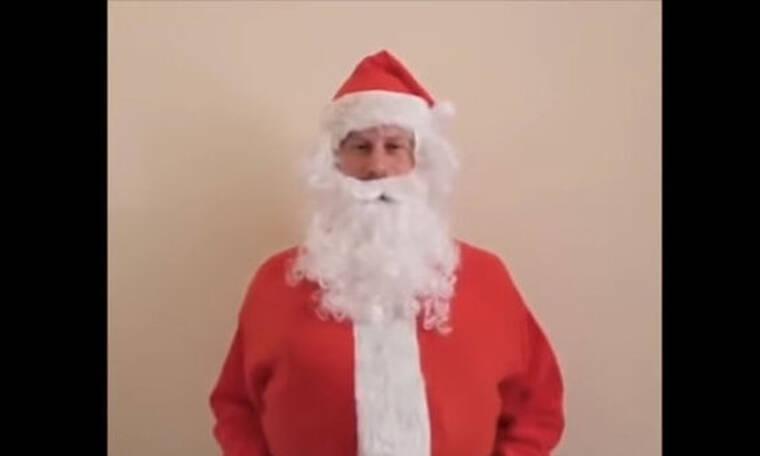Δεν το περιμέναμε! Είναι ο πιο ωραίος Άγιος Βασίλης και δεν φαντάζεσαι ποιος είναι! (Pics - Vid)