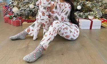 Μαμά και κόρη ντύθηκαν ασορτί και πόζαραν μπροστά από το χριστουγεννιάτικο δέντρο (Photos)