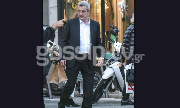 Νίκος Χατζηνικολάου: Στο κέντρο της Αθήνας με κοστούμι και το κινητό στο χέρι! (Photos)