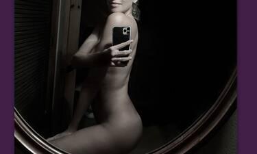 Ποζάρει γυμνή και δηλώνει: «Έχω 2020 λόγους να αγγίξω την καλύτερη εκδοχή του εαυτού μου» (photos)