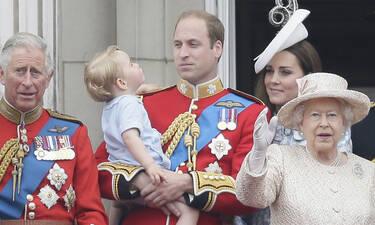 Η Ελισάβετ, ο Κάρολος κι ο William ποζάρουν για ένα ιστορικό πορτρέτο αλλά όλοι κοιτούν τον George