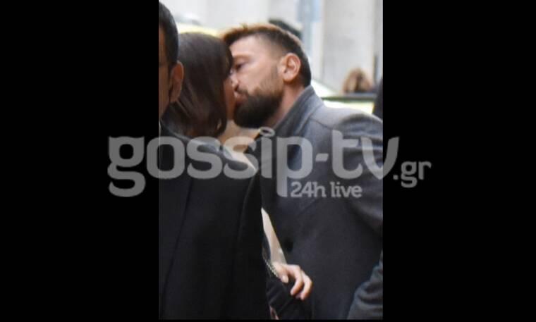 Η βόλτα στο κέντρο της πόλης και τα καυτά φιλιά στη μέση του δρόμου (Photos)
