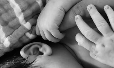 Γνωστή τραγουδίστρια δημοσίευσε τις πρώτες φώτο της νεογέννητης κόρης της (pics)