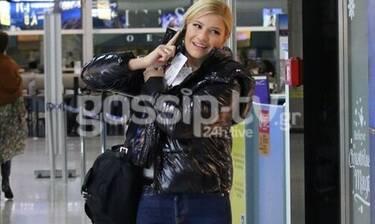Φαίη Σκορδά: Το άψογο στιλ στο αεροδρόμιο και το ευχάριστο τηλεφώνημα (Photos)