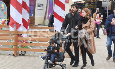 Λένα Παπαληγούρα: Οικογενειακή βόλτα – Ο γιος της έχει γίνει ένας μικρός κύριος (photos)