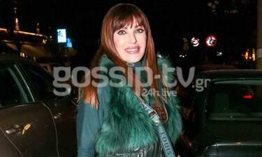 Βίκυ Χατζηβασιλείου: Βόλτα στη Θεσσαλονίκη με total green outfit