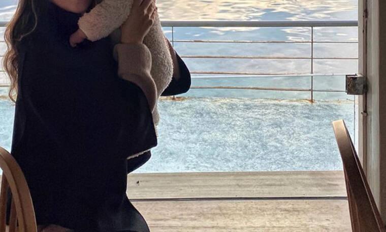 Βόλτα στη θάλασσα με τον δύο μηνών γιο της (pics)