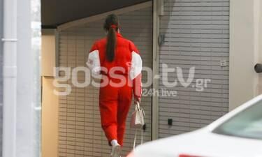 Το outfit που μας ξάφνιασε! Θα πάθεις πλάκα όταν δεις ποια είναι η κυρία, ντυμένη στα κόκκινα (Pics)