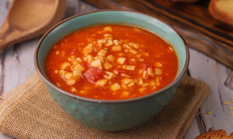 Κόκκινη σούπα με χυλοπιτάκι από τον Τσούλη