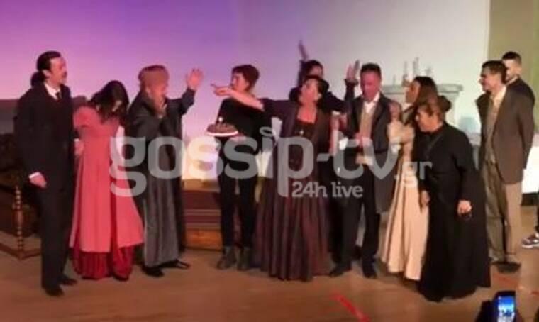 Αποκλειστικό: Γενέθλια επί σκηνής για γνωστό ηθοποιό! Η έκπληξη στο θέατρο και το χειροκρότημα!