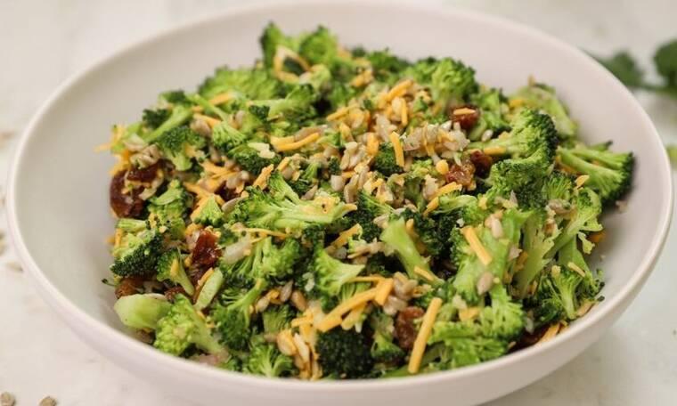 Πεντανόστιμη σαλάτα με μπρόκολο