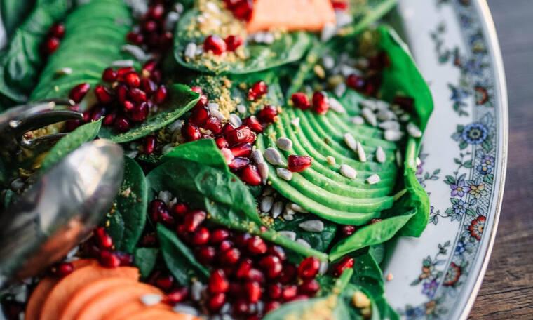 H πιο γευστική και υγιεινή σαλάτα με αβοκάντο και φυστικοβούτυρο