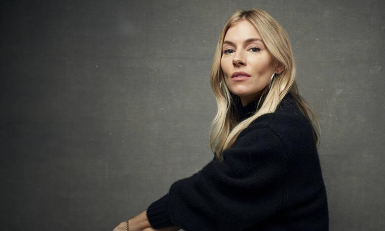 To sheepskin παλτό της Sienna Miller κοστίζει λιγότερο από 80 Ευρώ και το χρειαζόμαστε άμεσα