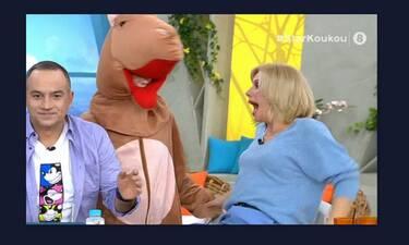 Τρελό γέλιο! Τρόμαξαν την Κατερίνα Καραβάτου on air κι εκείνη φρίκαρε (video)
