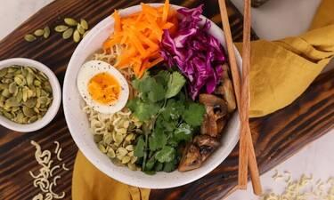 Υγιεινό μπολ (Buddha bowl) με noodles, μανιτάρια και αυγό από τον Γιώργο Τσούλη!