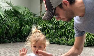 Αξιολάτρευτος: Ο Ενρίκε Ιγκλέσιας δείχνει πώς πρέπει να είναι ο σύγχρονος πατέρας