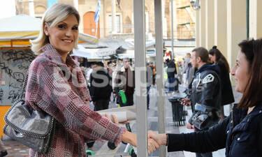 Σάσα Σταμάτη: Μόνο εκείνη θα μπορούσε να αγοράσει καλαμπόκι με αυτό το look (photos)