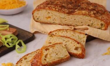 Ψωμί με cheddar και πράσινες πιπεριές από τον Γιώργο Τσούλη