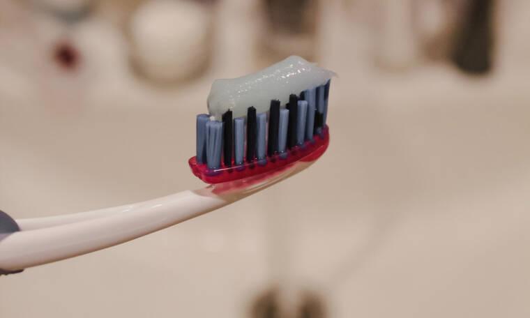 3 beauty χρήσεις της οδοντόκρεμας που κυριολεκτικά θα σου «λύσουν» τα χέρια