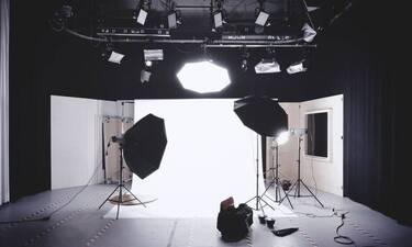 Αγνώριστη: Πασίγνωστη τηλεπαρουσιάστρια έβαψε τα μαλλιά της… λευκά (pics)