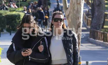 Μαρία Καλάβρια: Σπάνια εμφάνιση με την κόρη της στη Γλυφάδα – Έχουν το ίδιο ακριβώς στυλ (photos)