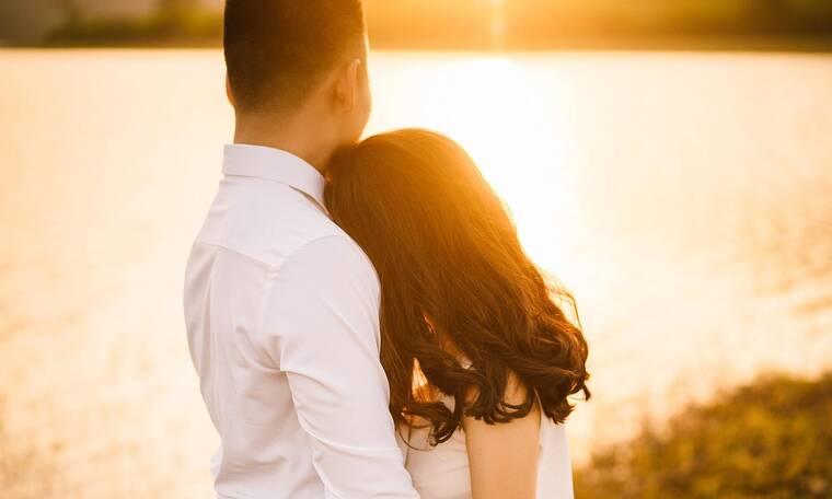 Η πιο σέξι ανάρτηση του ερωτευμένου ζευγαριού! Ανταλλάσσουν καυτά φιλιά ημίγυμνοι! (photos)