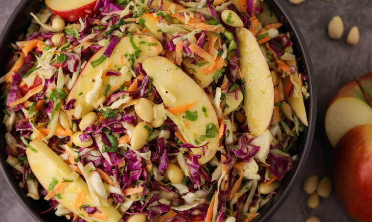 Σαλάτα με κόκκινο λάχανο και μήλο