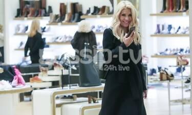 Η Ελένη Μενεγάκη πήγε για ψώνια - Το total black look και το χαμόγελο στους παπαράτσι! (Photos)