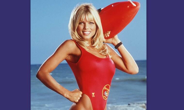 Η Donna του Baywatch είναι πιο sexy στα 51 της απ' ότι τότε – Μείναμε άναυδοι με τις εικόνες της