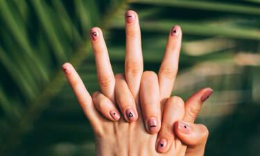 Ξέμεινες από ασετόν; Πώς θα ξεβάψεις τα νύχια σου με υλικά που έχεις στο σπίτι