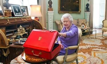 Τι κρύβεται στο κόκκινο κουτί της βασίλισσας Ελισάβετ; (photos)