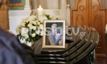 Κηδεία Κώστα Βουτσά: Η αποκάλυψη για τη φωτογραφία που βρίσκεται πάνω από τη σορό του