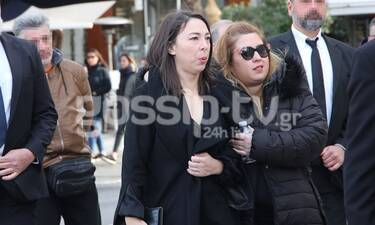 Κηδεία Κώστα Βουτσά: Υποβασταζόμενη η σύζυγός του, Αλίκη Κατσαβού (Photos & Video)
