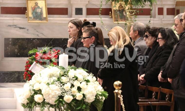 Κηδεία Κώστα Βουτσά: Συντετριμμένες οι γυναίκες της ζωής του μέσα στην Μητρόπολη Αθηνών