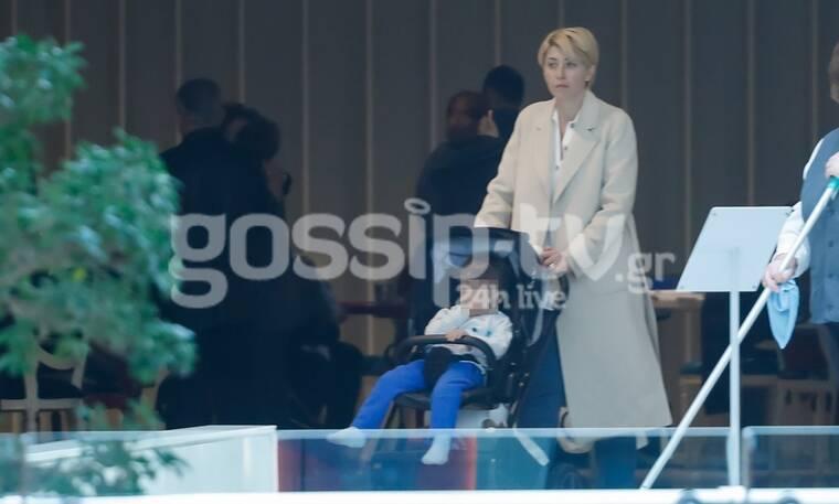 Σία Κοσιώνη: Ο φωτογραφικός φακός του gossip-tv την «τσάκωσε» σε βόλτα με το γιο της!
