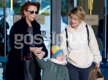 Ευδοκία Ρουμελιώτη: Με τον γιο της και την πεθερά της για ψώνια! (photos)