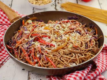 Σπαγγέτι ολικής με λαχανικά και φυστικοβούτυρο