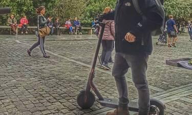 Καθαρά Δευτέρα στην Αρεοπαγίτου - Ποιος παρουσιαστής ανέβηκε στο πατίνι και πήρε τους δρόμους;
