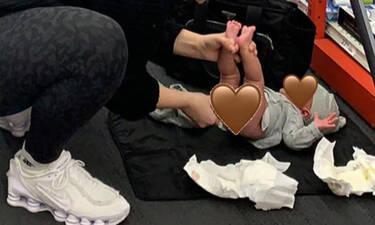 Δείτε ποια διάσημη μαμά άλλαξε πάνα στο μωρό της μέσα σε κατάστημα (pics)