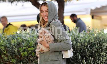 Η Κωνσταντίνα Σπυροπούλου στη Γλυφάδα με το σκυλάκι της – Το look της και η ιδιαίτερη τσάντα της