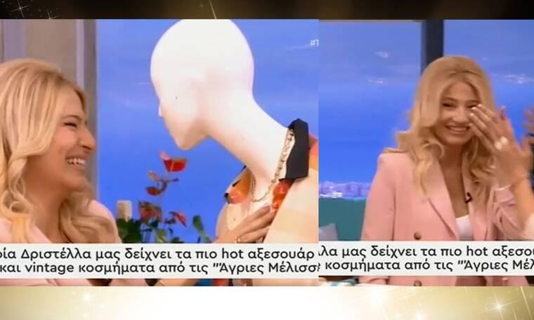 Θα λιώσετε στο γέλιο: Η Φαίη Σκορδά κουτούλησε σε κούκλα στο πλατό της εκπομπής! (video)
