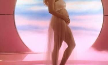 Πασίγνωστη τραγουδίστρια είναι έγκυος και μας δείχνει τη φουσκωμένη κοιλίτσα στο video clip της!