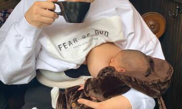 Διάσημη μαμά πίνει καφέ και θηλάζει το μωρό της δημόσια (pics)