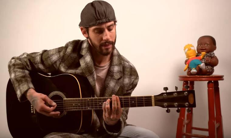 Ο Αναστάσιος Ράμμος μένει σπίτι και τραγουδάει στο δωμάτιό του (video)