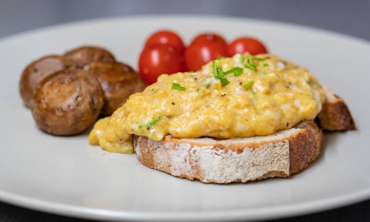 Διατροφή για ενίσχυση του ανοσοποιητικού με smoothie, scrambled eggs και καλαμάκια σολομού