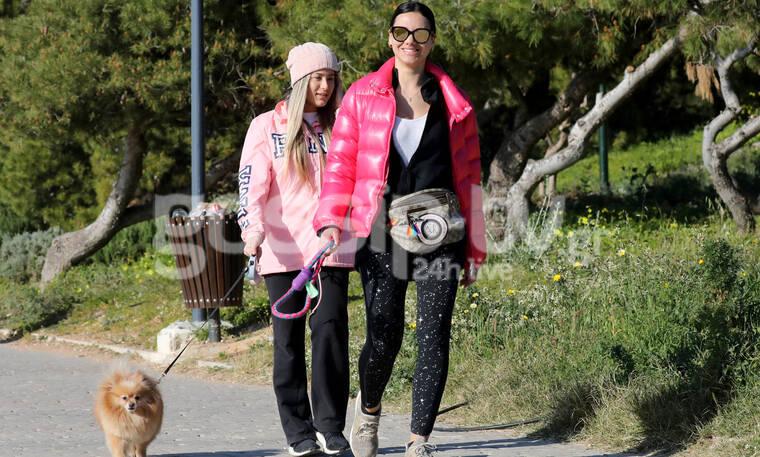 Κορονοϊός: Την τσάκωσε ο φωτογραφικός φακός την ώρα που έβγαλε το σκυλάκι της βόλτα! (photos)