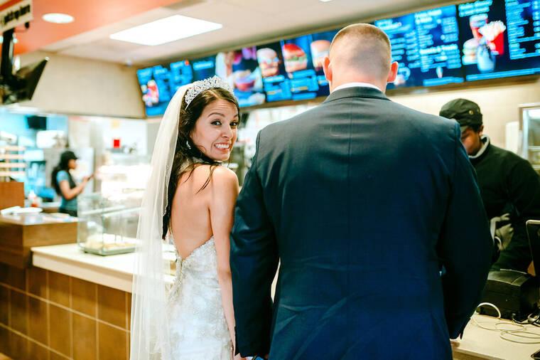 Δεν θα πιστεύεις που έκαναν το τραπέζι του γάμου αυτοί οι νεόνυμφοι