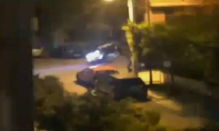 Απίστευτο - Έσπασαν την καραντίνα για να δώσουν ραντεβού και να παίξουν ξύλο στο δρόμο (video)