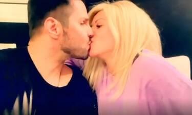 Γιώργος Τσαλίκης: Τα φιλιά με τη σύζυγό του και ο ζηλιάρης που μπήκε ανάμεσά τους (Video)