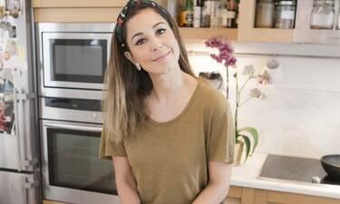 Κατερίνα Παπουτσάκη: Δεν υπάρχει! Τα παιδιά της γκρινιάζουν και εκείνη μαγειρεύει τραγουδώντας!